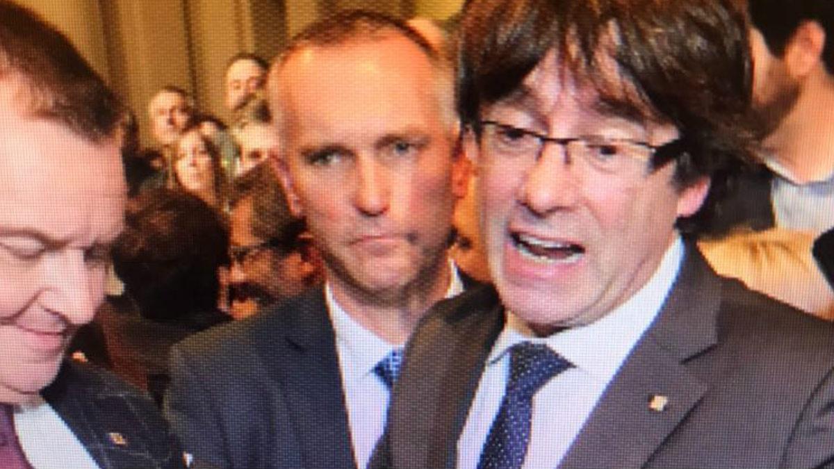 Carles Puigdemont en Bruselas, con el mosso que le protege como escolta.