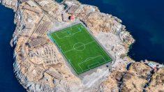 Un estadio rodeado por el océano
