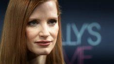 Jessica Chastain encarna a Molly Bloom, la reina del póker clandestino en EEUU. Foto: AFP