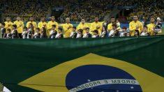 La selección brasileña posando en el inicio de un partido (AFP)