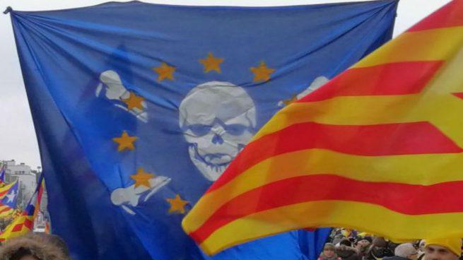 Bandera Europea con una calavera en la manifestación de Bruselas