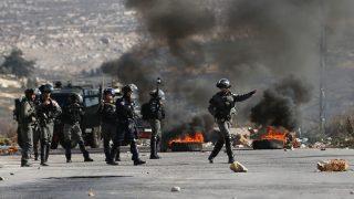 Soldados israelíes tratan de sofocar violentas protestas de palestinos. (Foto: AFP)