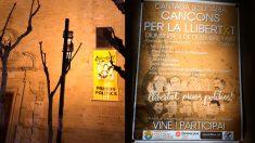 Una iglesia de Calella (Barcelona) cuelga el cartel de los presos en su fachada y celebra un concierto de homenaje