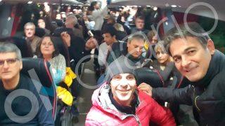 El condenado por corrupción e hijo del ex presidente de la Generalitat, Oriol Pujol (derecha del todo), viajando en autobús hacia Bruselas