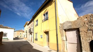 Fachada de la casa en la que se produjeron las muertes (Foto: EFE).