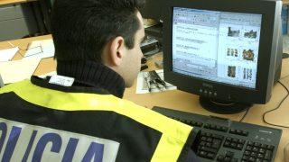Un agente de Policía durante la investigación a una red de pornografía infantil.