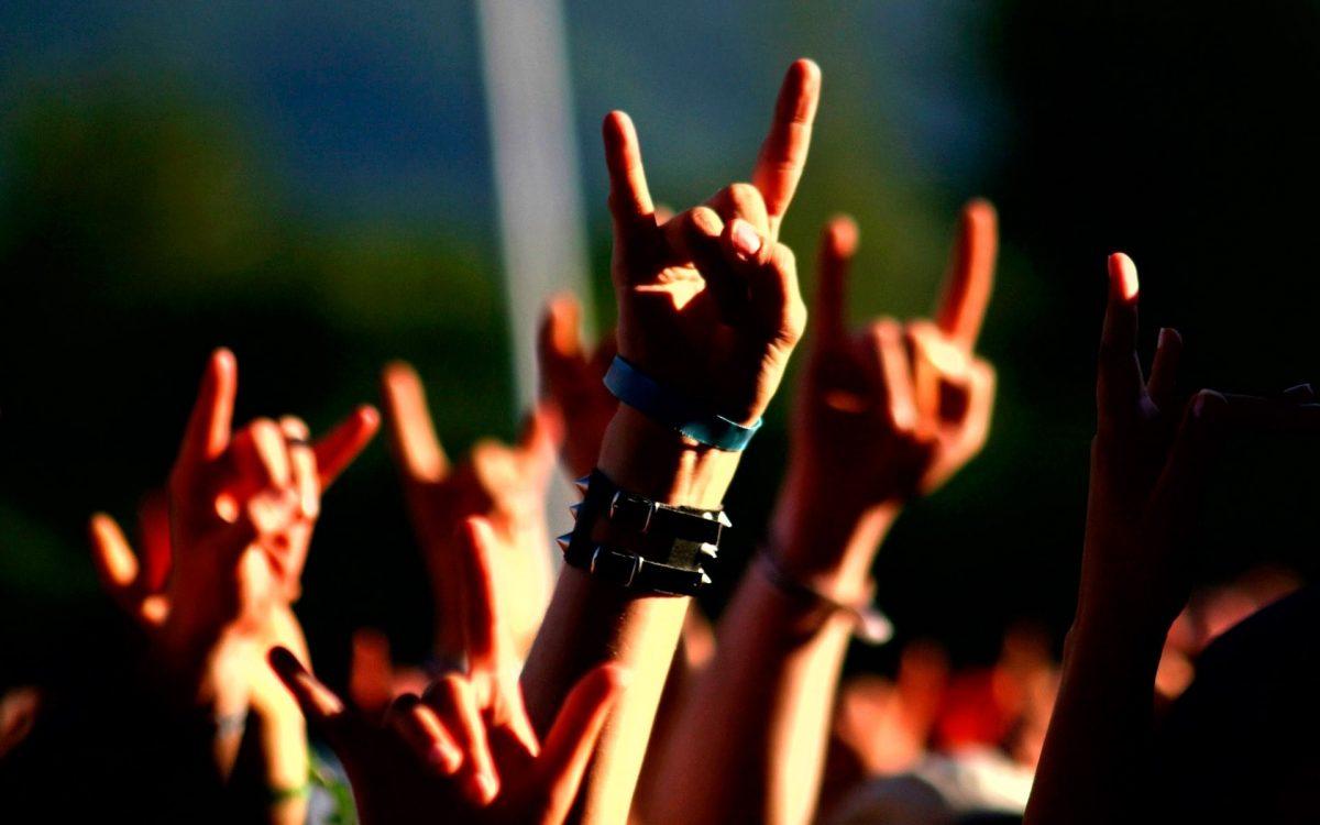 Resultado de imagen de concierto cuernos metal