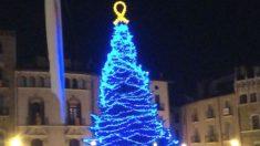Árbol de Navidad en Vich (Barcelona), con un lazo amarillo en su cima (Foto: 'Dolça Catalunya)