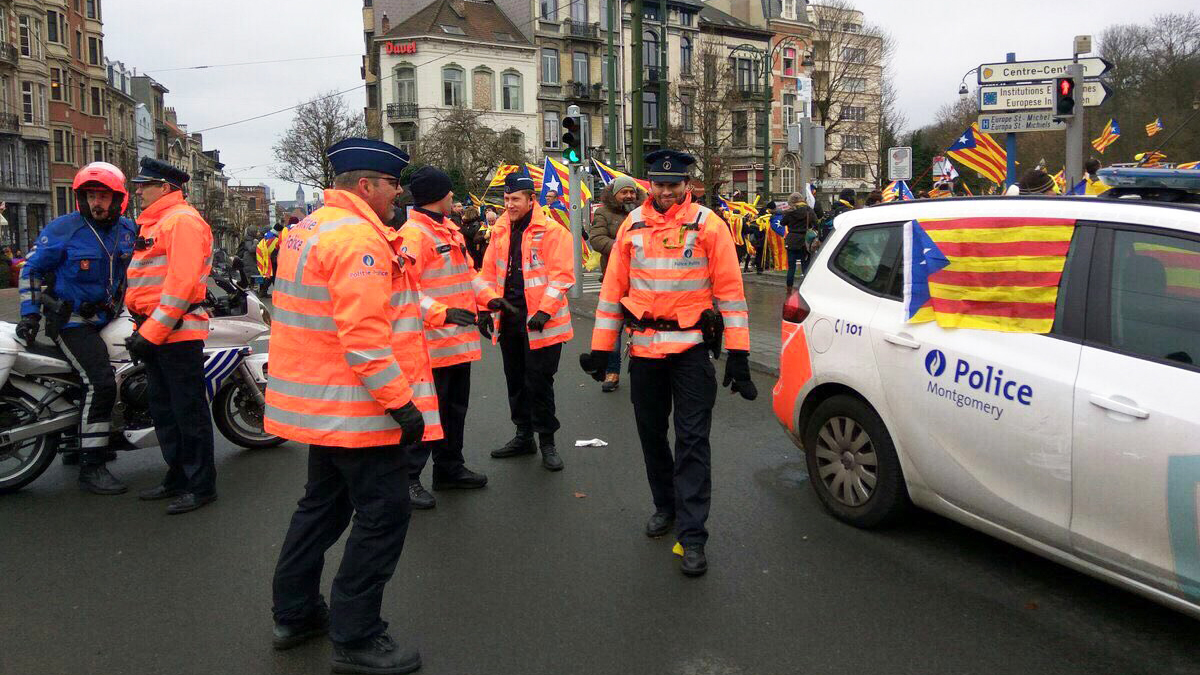 Esteladas en las ventanas de los vehículos de la Policía belga.