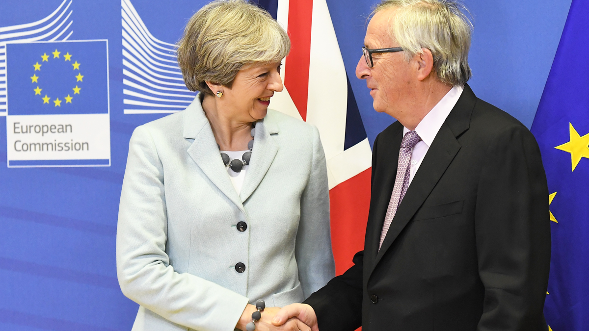 Theresa May y Jean-Claude Juncker. (Foto: AFP)