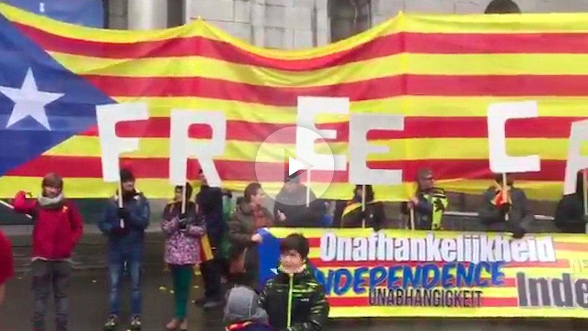 El partido de extrema derecha Vlaams Belang desplegó una gran pancarta de apoyo a Cataluña en la manifestación de Bruselas.