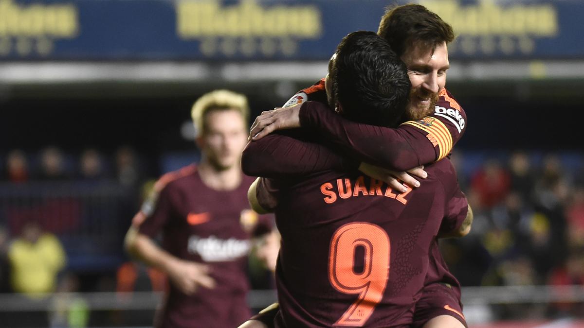 Suárez y Messi celebran el gol del uruguayo (AFP).