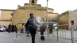 La Policía protege con valles las inmediaciones del Monasterio de Sijena, ante la llegada de los bienes procedentes del Museu de Lleida. Foto: EFE