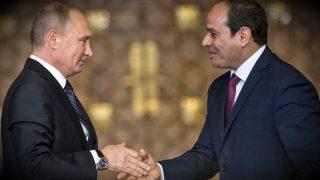 Vladimir Putin y Abdelfatah al Sisi, presidentes ruso y egipcio, en El Cairo. (AFP)
