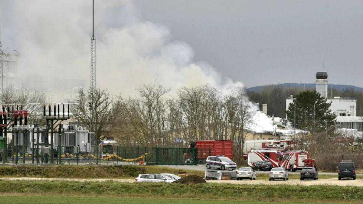 El humo se levanta sobre la terminal de gas de Baumgarten en Austria, situada en el municipio de Weiden ad March, en el distrito de Gänserndorf. Foto: AFP