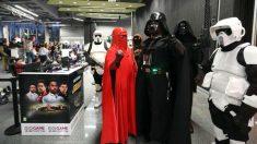«Personajes» de la guerra de las Galaxias en la cuarta jornada del certamen de videojuegos Fun & Serious Games Festival, que prevé la asistencia de unos 30.000 aficionados y profesionales de los videojuegos. Foto: EFE
