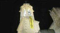 La iglesia de San Juan Bautista de Valls (Tarragona), exhibe en su campanario una pancarta que pide la puesta en libertad de los golpistas encarcelados en Cataluña (Foto: 'Dolça Catalunya')