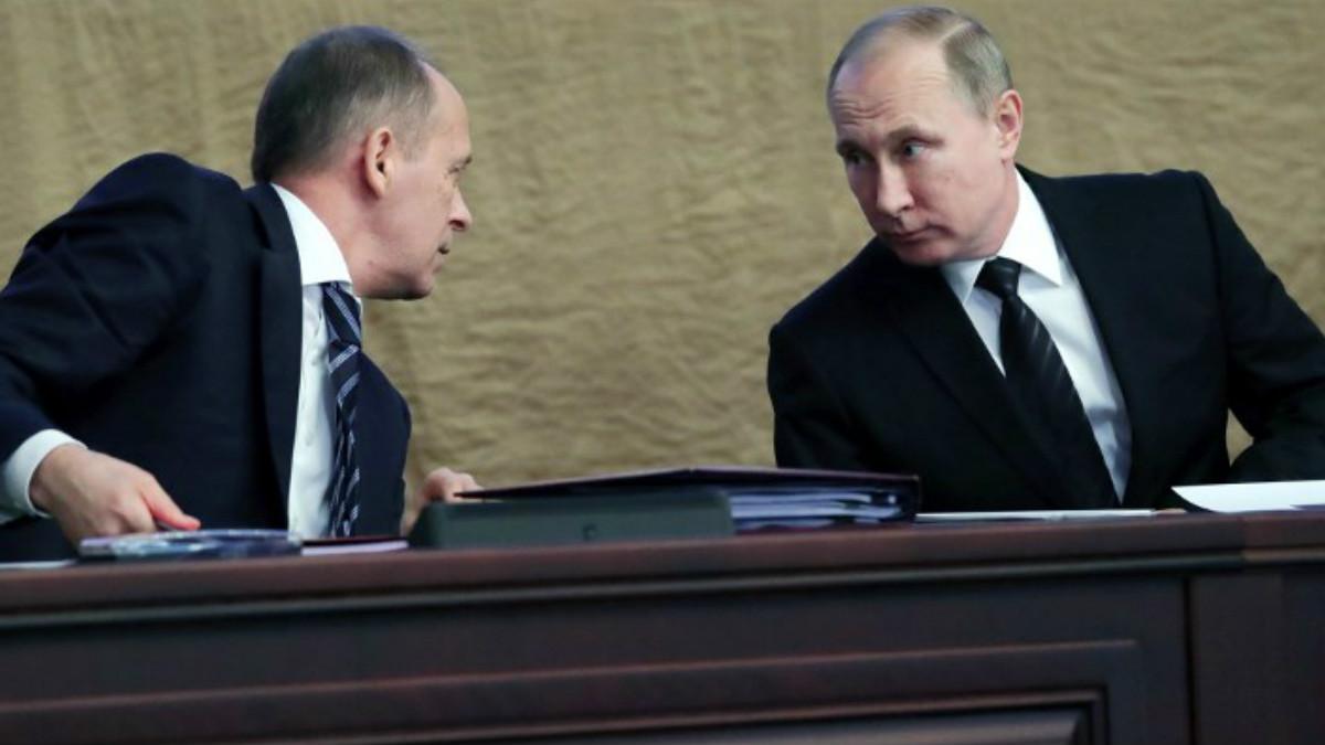 El Presidente de Rusia, Vladimir Putin, habla con el director del Servicio Federal de Seguridad (FSB por sus siglas en inglés), Alexander Bortnikov. Foto: AFP