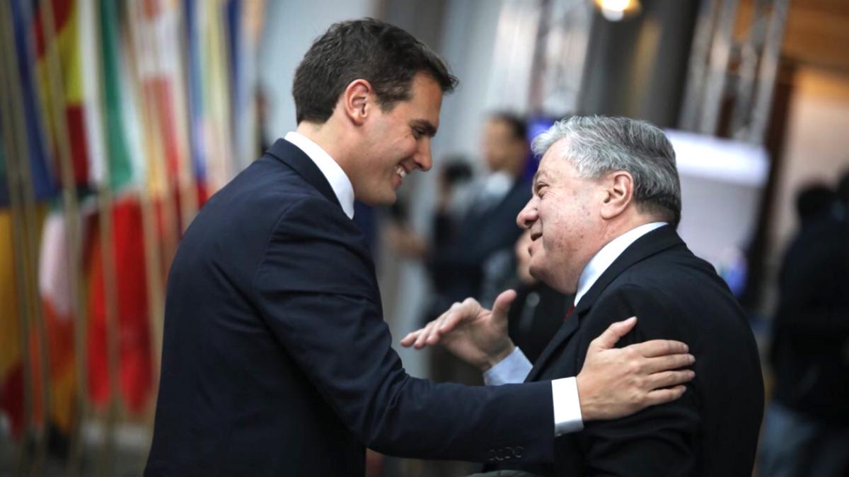 Albert Rivera saluda a Leopoldo López Gil, padre del líder opositor preso por Maduro en Venezuela.