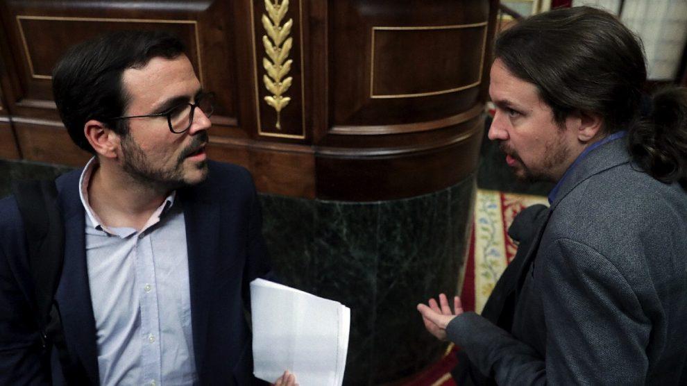 Alberto Garzón y Pablo Iglesias hablan durante la sesión del Congreso.