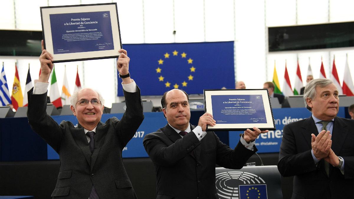 Antonio Ledezma y Julio Borges recogen el Sájarov de manos de Antonio Tajani. (AFP)