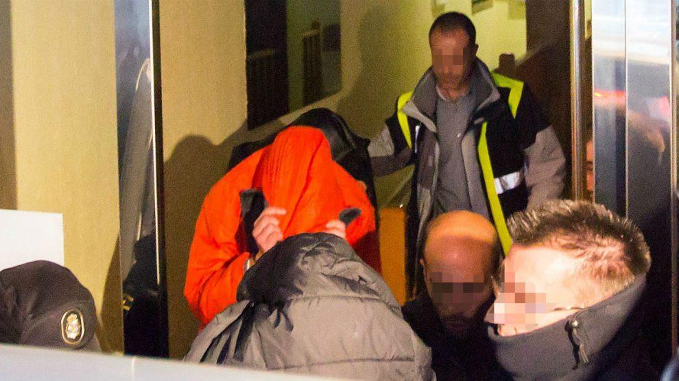 Uno de los jugadores de la Arandina al ser detenido. (EFE)