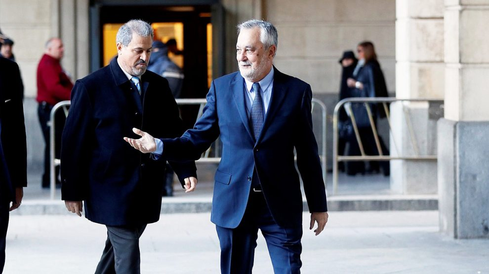 José Antonio Griñán a su llegada a la primera sesión del juicio por el caso ERE. (Foto: EFE)