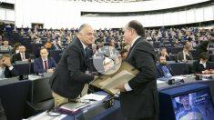 Esteban Gonzalez Pons (PPE) saluda al presidente de la Asamblea Nacional venezolana, Julio Borges, tras recibir este el Premio Sajarov 2017.