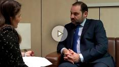 José Luis Ábalos y María Claver, durante la entrevista. (Foto y Vídeo: F. Toledo y E. Falcón)