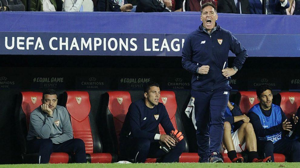 Berizzo da instrucciones en un partido del Sevilla. (AFP)