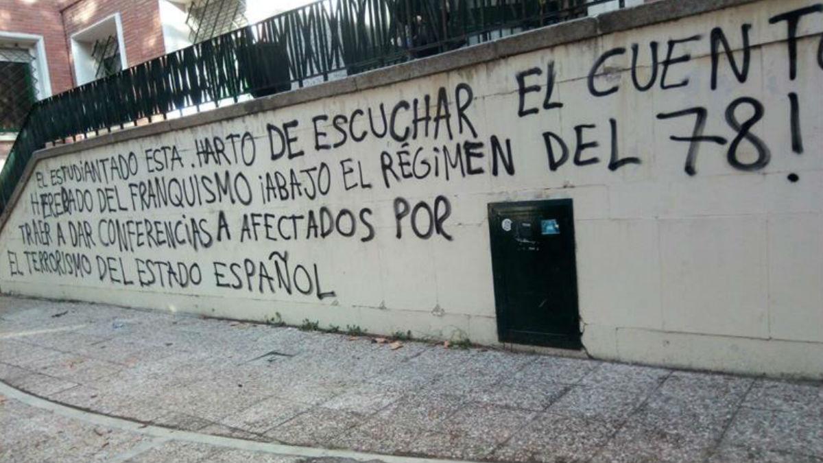 Las pintadas en el muro exterior del IES Isaac Newton de Madrid. Foto: EFE