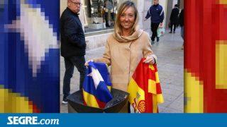 La candidata del PP en Lérida Marisa Xandri tirando una estelada a la basura en el diario 'Segre'.