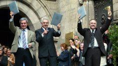 Joan Saura (ICV), Pasqual Maragall (PSC) y Josep Lluís Carod-Rovira (ERC), tras firmar el Pacto del Tinell el 14 de diciembre de 2003.