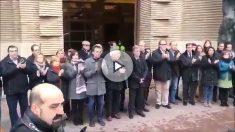 Cerca de un centenar de personas se han concentrado frente al Ayuntamiento de Zaragoza para guardar un minuto de silencio por el homicidio de Víctor Laínez a manos del hispanófobo Rodrigo Lanza. Foto: EFE