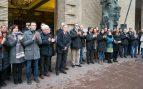 Cerca de un centenar de personas se han concentrado frente al Ayuntamiento de Zaragoza para guardar un minuto de silencio por el homicidio de Víctor Láinez a manos del hispanófobo Rodrigo Lanza. Foto: EFE