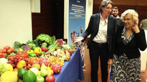 La alcaldesa Carmena junto a la teniente alcalde, Marta Higueras, viendo frutas y verduras. (Foto: Madrid)