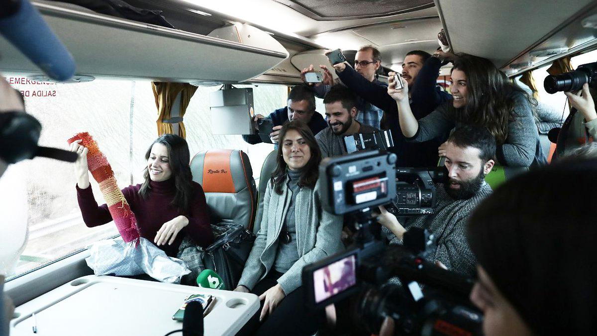 Inés Arrimadas en el autobús que sigue la campaña de Ciudadanos. (Foto: Twitter)