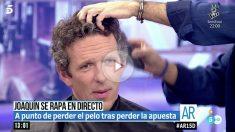 Joaquín Prat se rapa el pelo como prometió que haría si Pilar Abel no era hija de Dalí. Foto: El programa de Ana Rosa