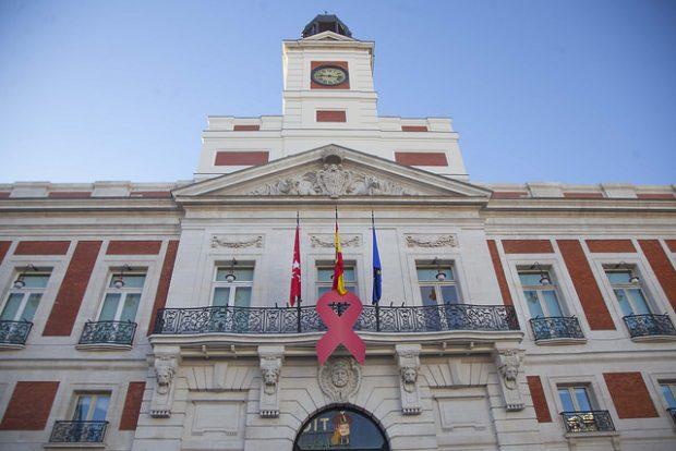 Carmena lleva más de un año reformando la fachada de su sede mientras Cifuentes lo ha hecho en 6 meses