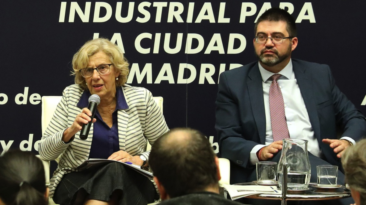 La alcaldesa Manuela Carmena junto al concejal imputado Carlos Sánchez Mato. (Foto: Madrid)
