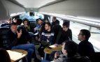 El candidato del PPC a la presidencia de la Generalitat, Xavier García Albiol, habla con los periodistas que le siguen en campaña en el interior del autobús que los traslada a Girona para participar en un acto electoral. Foto: EFE