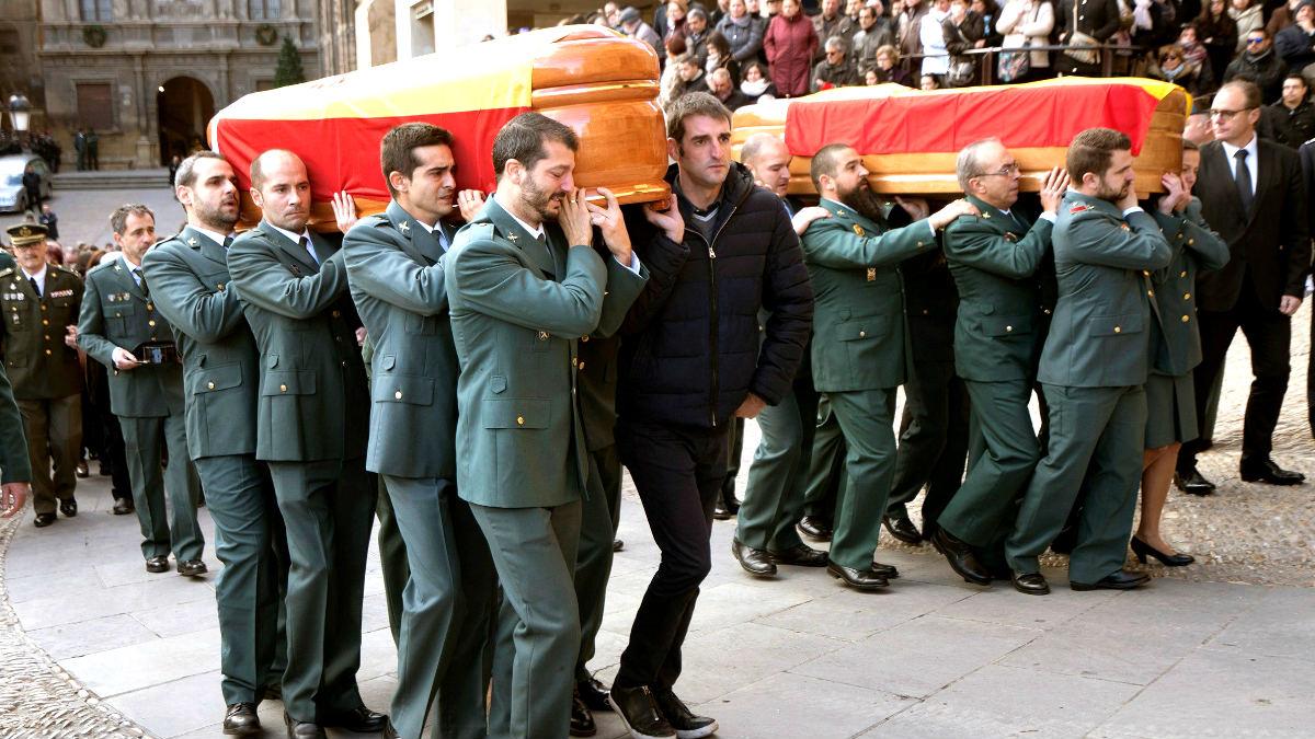 Agentes portan los féretros de los guardias civiles asesinados (Foto: Efe).