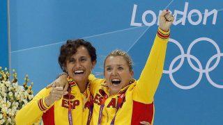 Anna Tarrés, a la derecha, celebra la medalla de España en Londres 2012.