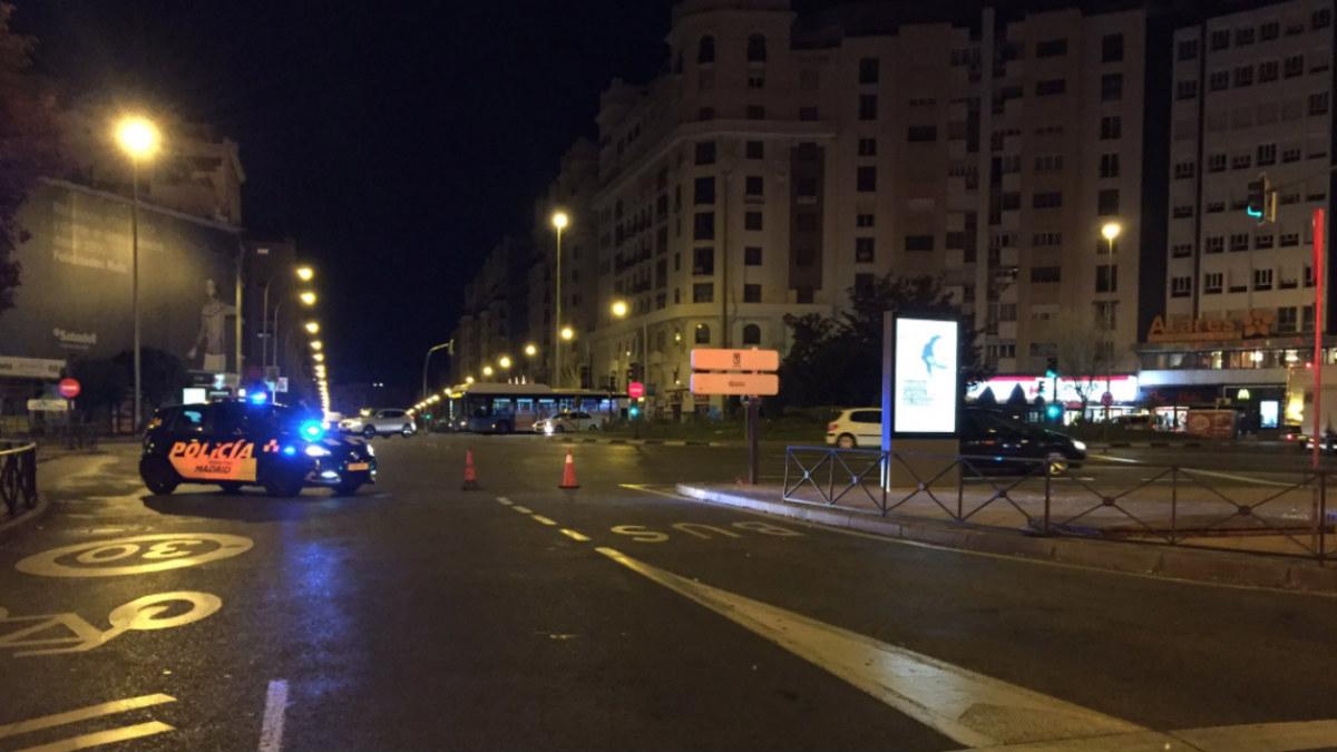 La Policía Municipal de Madrid acordona la zona donde un joven ha sido atropellado por un autobús de la EMT. Foto: @EmergenicasMad
