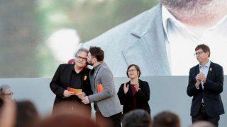 El diputado de ERC Gabriel Rufián besa a su compañero de escaño en el Congreso, Joan Tardá (i), durante el acto central de campaña de Esquerra celebrado hoy en Barcelona. Foto: EFE
