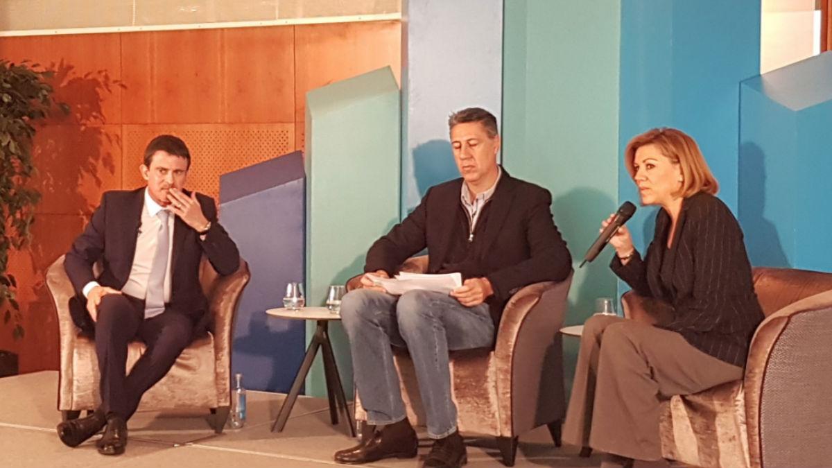 El ex primer ministro francés, Manuel Valls, junto a Xavier García Albiol y Dolores de Cospedal en un desayuno del PP. Foto: @PPopular