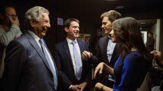 Inés Arrimadas conversa con el Premio Nobel de Literatura, Mario Vargas Llosa (i), Albert Rivera (2d) y el ex primer ministro francés Manuel Valls, en un acto de Ciudadanos. Foto: EFE