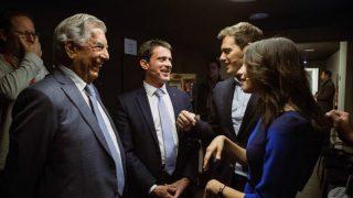 Inés Arrimadas conversa con el Premio Nobel de Literatura, Mario Vargas Llosa (i), Albert Rivera (2d) y del ex primer ministro francés Manuel Valls, antes de participar en un coloquio celebrado a cinco días de las elecciones. Foto: EFE