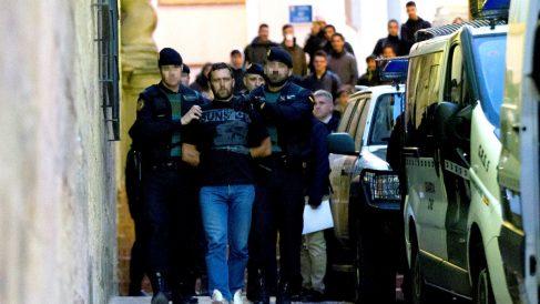 Agentes de la Guardia Civil trasladan al serbio Norbert Feher, acusado del asesinato de dos guardias civiles y un ganadero en Teruel, a su salida de los juzgados de Alcañiz (Foto: Efe).