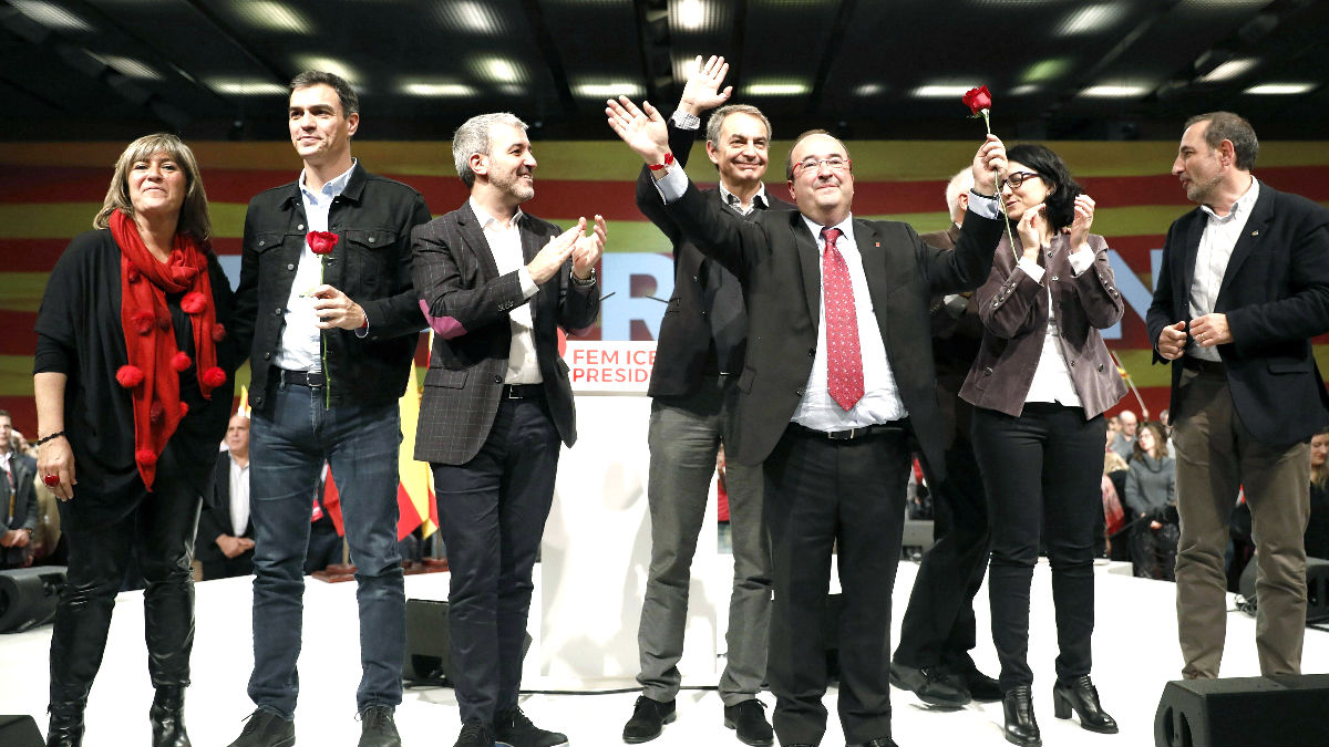 Iceta arropado por Sánchez, Zapatero y otros dirigentes socialistas (Foto: Efe).